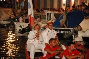 Hautbois et tambour sur la barque rouge