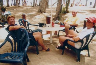 Sous les filaos, avec la dodo (bière), à la plage de St-Gilles